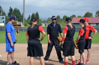 Hall of Famer Roberto Alomar joined the Women's National Team for practice.